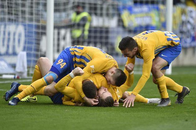 Hráči Opavy se radují z prvního gólu, který dal René Dedič (ležící na zádech).