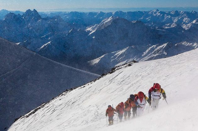 Výprava s olympijskou pochodní podniká výstup na Elbrus. Počasí jí vyšlo náramně.