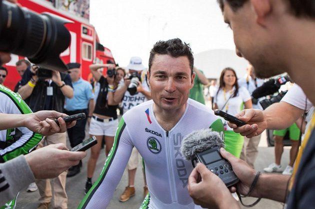 Paralympik Jiří Ježek odpovídá na otázky novinářů po časovce na Tour de France.