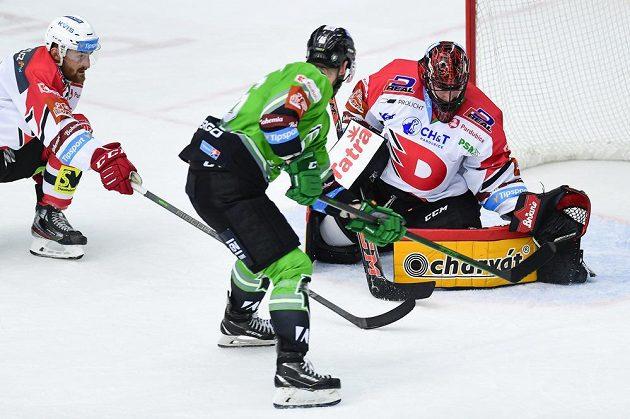 Ondřej Najman z Mladé Boleslavi (uprostřed) střílí gól. Vlevo je Ondřej Vála z Pardubic a brankář Dominik Frodl z Pardubic.
