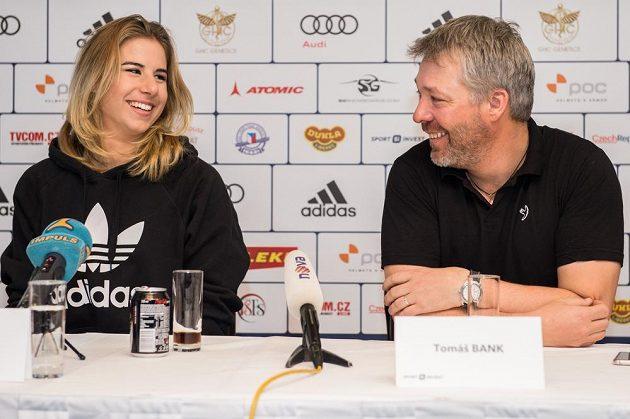 Snowboardistka a lyžařka Ester Ledecká s trenérem Tomášem Bankem na tiskové konferenci před nadcházející sezónou.