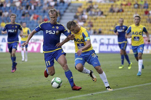 Teplický hráč Daniel Trubač (vpravo) a jihlavský hráč Lukáš Vaculík v souboji během utkání 5. kola první fotbalové ligy v Teplicích.