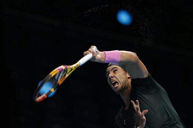 Španělský tenista Rafael Nadal servíruje během semifinále Turnaje mistrů.