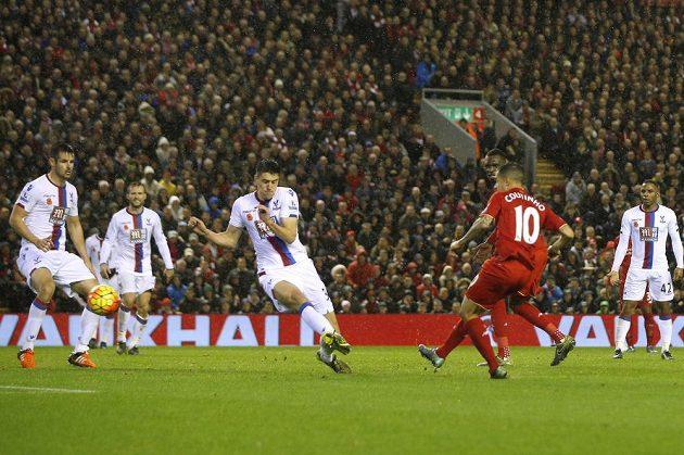 Philippe Coutinho střílí vyrovnávací gól Liverpoolu proti Crystal Palace.