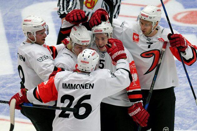 Z gólu proti Třinci se radují hráči Jyväskylä, zleva Joonas Nättinen, Jani Tuppurainen, Jarkko Imonen, Juuso Vainio a Mikko Kalteva.