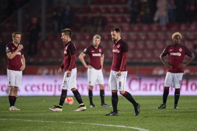 Zklamaní hráči Sparty po prohře s Plzní.