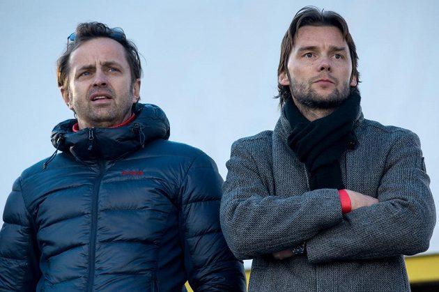 Internacionál Marek Jankulovski (vpravo) a nový majitel Baníku Ostrava Václav Brabec sledují utkání v Mladé Boleslavi.