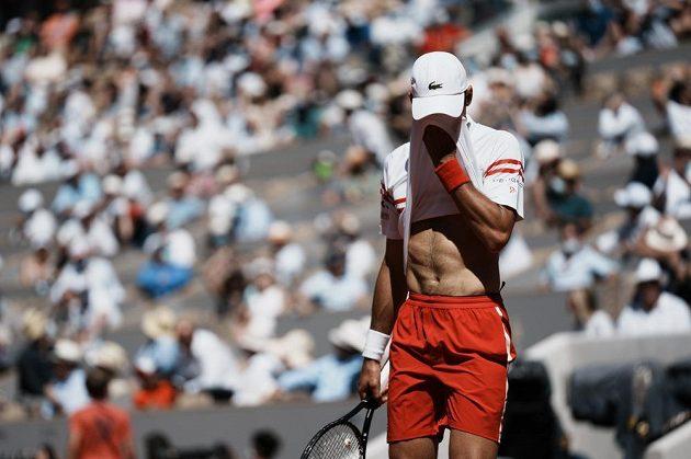 Serbský tenista Novak Djokovič byl zaskočený tím, že ve finále French Open prohrál se Stafanosem Tsitsipasem z Řecka úvodní dvě sady.
