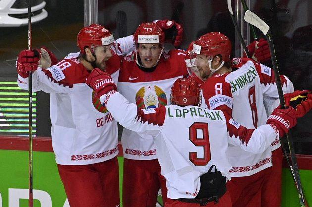 Hráči Běloruska se radují z gólu.