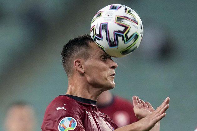 Český obránce Jan Bořil hlavičkuje ve čtvrtfinále EURO s Dánskem.