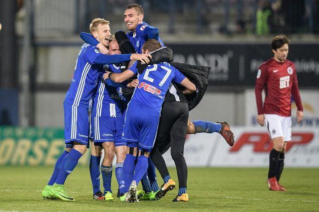 Fotbalisté Sigmy Olomouc oslavují vítězství po utkání 15.kola HET ligy, kdy Hanáci zdolali Spartu 1:0.