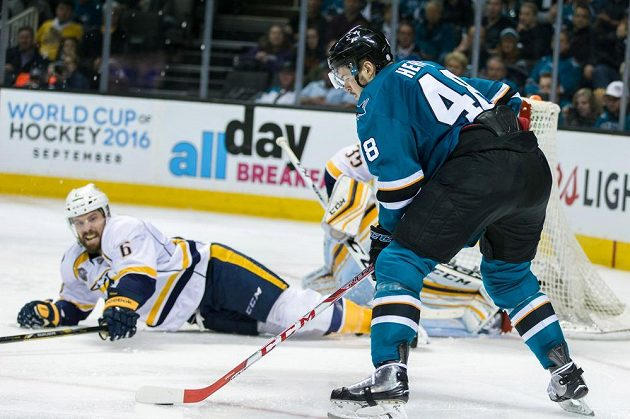 Český útočník Tomáš Hertl ze San Jose se chystá střílet v zápase NHL proti Nashvillu.