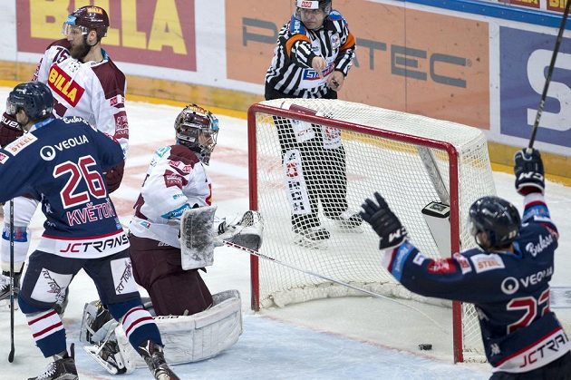 Brankář Sparty Tomáš Pöpperle (třetí zleva) právě dostal gól. Zprava vpředu Karol Sloboda z Vítkovic, David Květoň z Vítkovic, Jan Piskáček (nahoře) ze Sparty.