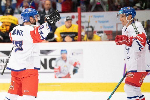 Hokejisté české reprezentace Ondřej Beránek (vlevo) a Tomáš Mertl se radují z gólu proti Německu.