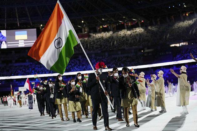 Indická výprava nastupuje na Olympijský stadion během zahajovacího ceremoniálu LOH 2021 v Tokiu.
