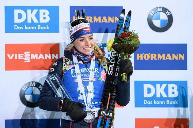 Markéta Davidová na stupních vítězů po sprintu žen v Novém Městě na Moravě.