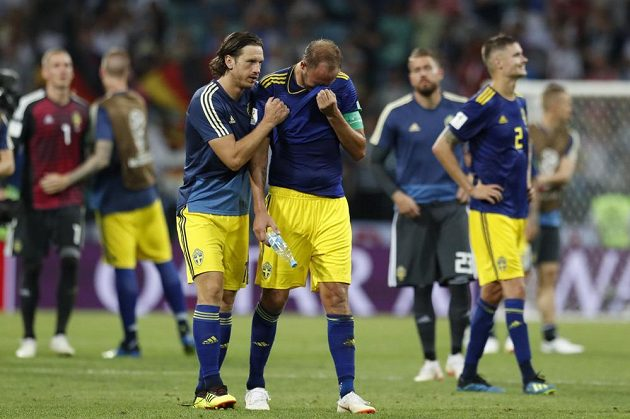 Zklamaní fotbalisté Švédska po porážce s Němci.