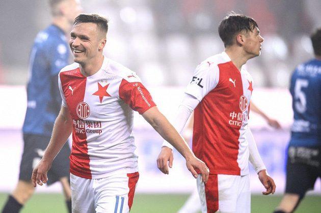 Stanislav Tecl ze Slavie Praha oslavuje čtvrtý vstřelený gól proti