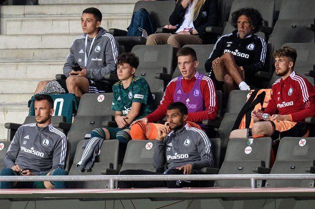 Zraněný Tomáš Pekhart (dole vlevo) z Legie během utkání se Slavií.