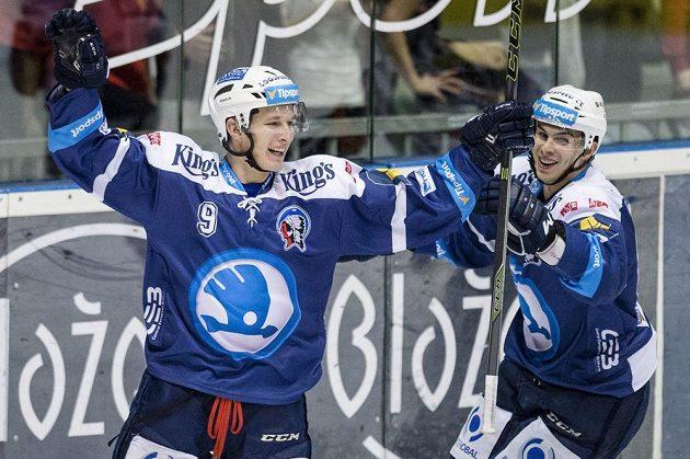 David Sklenička (vlevo) a Mário Bližňák z Plzně oslavují gól.
