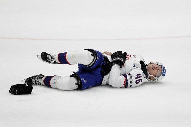 Norský hokejista Mathis Olimb leží zraněný na ledové ploše během utkání mistrovství světa.
