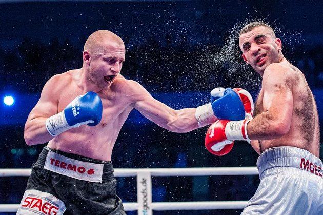 Český boxer Lukáš Konečný (vlevo) zasazuje úder Moezi Fhimovi z Francie.