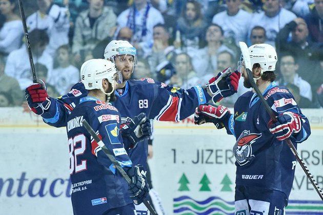 Zleva Michal Vondrka, Vladimír Růžička a Brett Skinner z Chomutova se radují z gólu v Liberci.