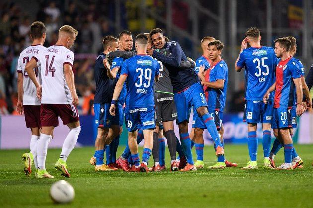 Fotbalisté Viktorie Plzeň oslavují vítězství 3:2 nad Spartou.