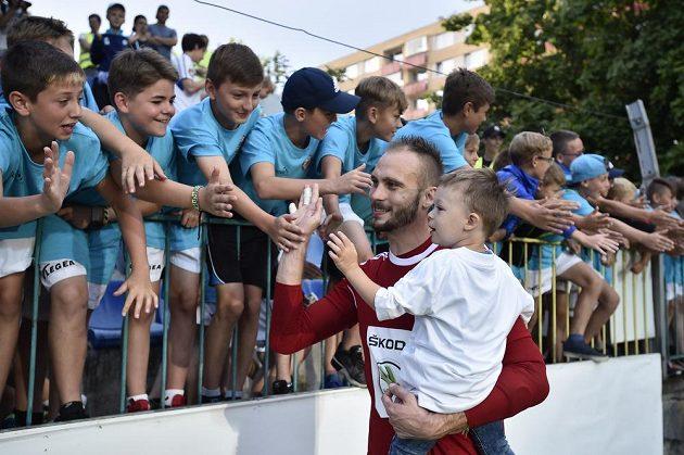 Brankář Boleslavi Jakub Diviš se raduje z výhry na Shamrockem Rovers a postupu.