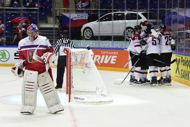 Lotyšští hráči se radují z gólu, vlevo je český brankář Pavel Francouz.
