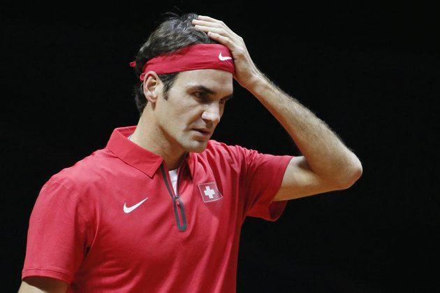 Zklamaný Švýcar Roger Federer během zápasu s Gaelem Monfilsem.
