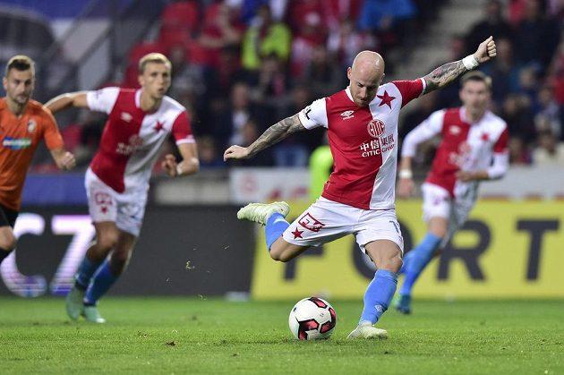 Miroslav Stoch ze Slavie střílí z penalty druhý gól svého týmu.