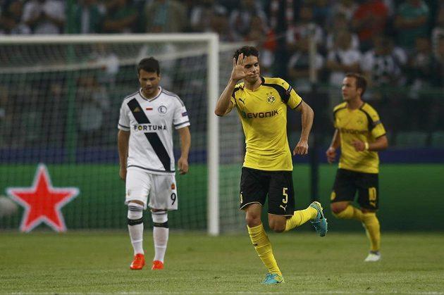 Obránce Marc Bartra vstřelil třetí gól Dortmundu.