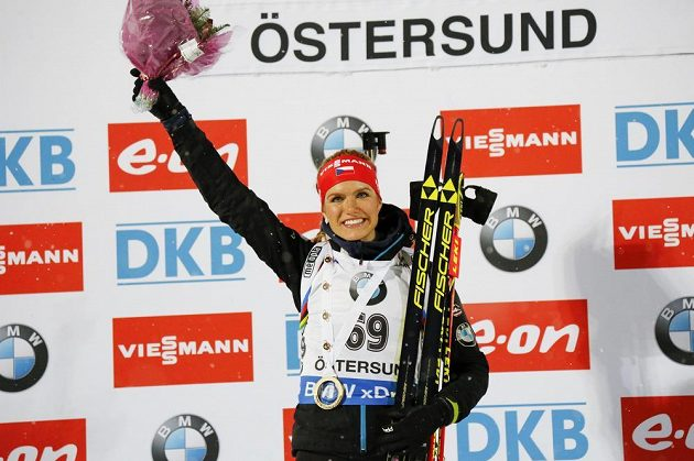 Vítězka sobotního sprintu v Östersundu Gabriela Soukalová na nejvyšším stupínku.