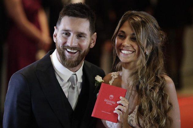 Argentinský fotbalista Lionel Messi se oženil se svou dlouholetou partnerkou Antonellou Roccuzzovou.
