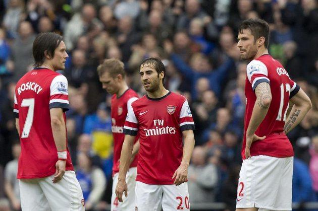 Zklamaní fotbalisté Arsenalu Tomáš Rosický (vlevo), Mathieu Flamini (uprostřed) a Olivier Giroud během zápasu s Evertonem.