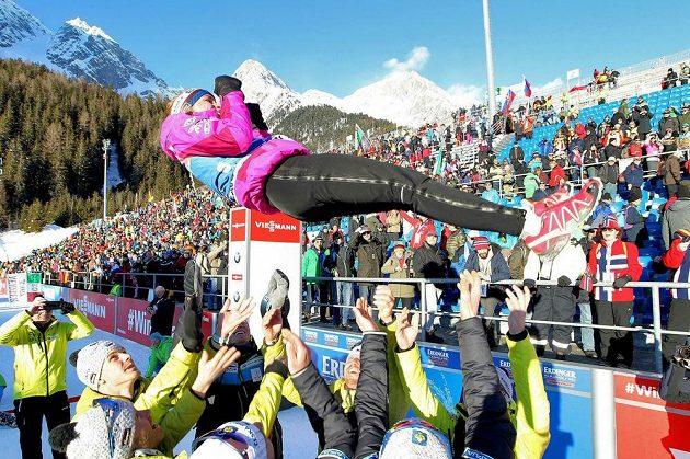 Biatlonistka Markéta Davidová slaví v cíli závodu Světového poháru v italské Anterselvě. Spolupracovníci a parťačky z národního týmu ji po triumfu radostí vyhazovali do vzduchu.