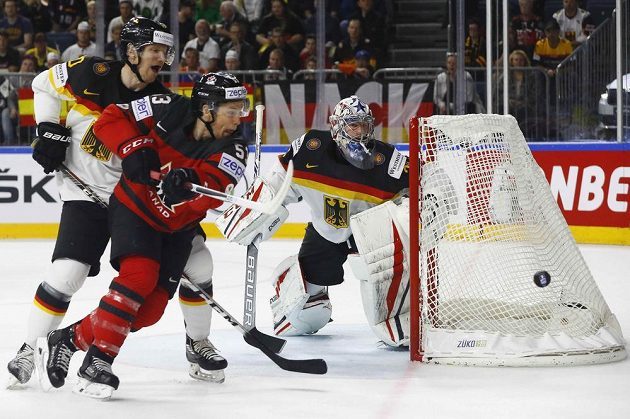 Německý brankář Philipp Grubauer sleduje, jak skončí útočná akce Kanaďana Jeffa Skinnera.