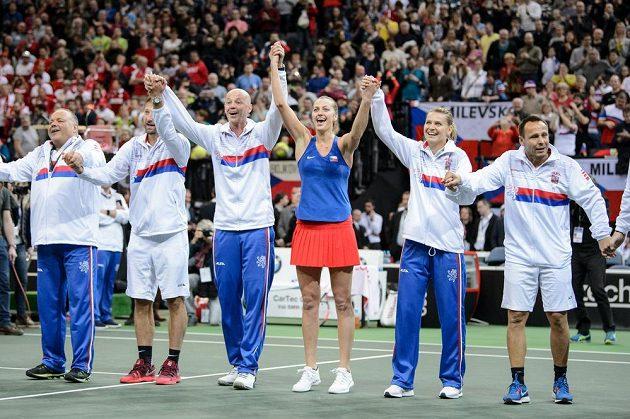 Český fedcupový tým oslavuje vítězství a postup po zápase Petry Kvitové s Belindou Bencicovou ze Švýcarska.