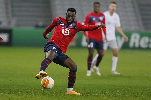 Fotbalista Lille Jonathan Bamba s míčem v utkání se Spartou.