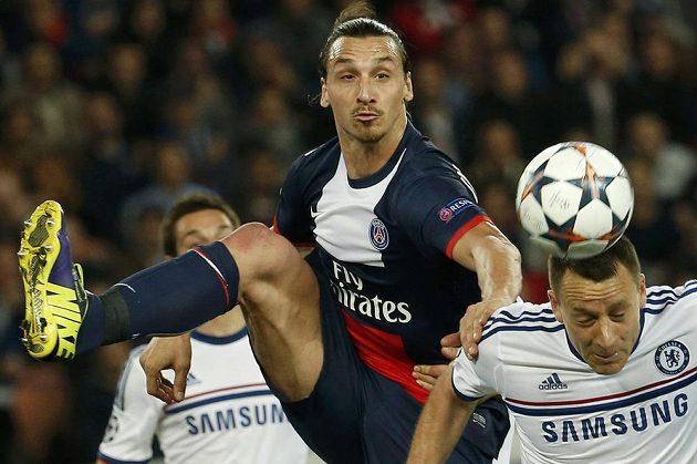 Zlatan Ibrahimovic z PSG v souboji o míč s obráncem Chelsea Johnem Terrym.