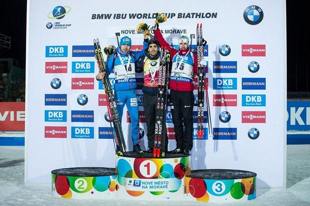 Stupně vítězů (zleva): Anton Šipulin, Martin Fourcade a Emil Hegle Svendsen po sprintu na 10 km v rámci světového poháru v biatlonu ve Vysočina Areně v Novém Městě na Moravě.