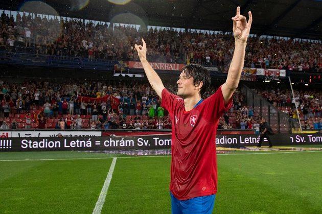 Tomáš Rosický si vychutnává ovace naplněného sparťanského stadiónu. Potlesk patřil jen a jen jemu.