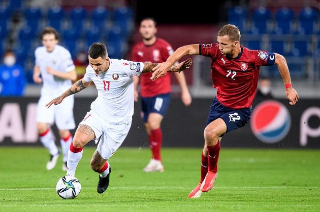 Vitali Lisakovich z Běloruska a Tomáš Souček během utkání kvalifikace MS 2022.