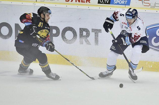 Dohrávka 1. kola hokejového Poháru Generali České pojišťovny. Zleva Lukáš Válek z Litvínova a Ladislav Šmíd z Liberce.