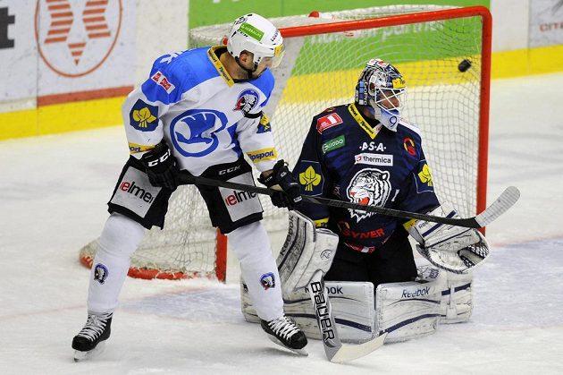 Brankář Liberce Marcel Melicherčík inkasuje gól. Vlevo je střelec Ondřej Kratěna z Plzně.