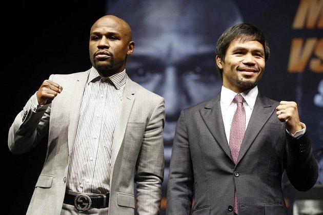 """Neporazitelný americký boxer Floyd """"Money"""" Mayweather (vlevo) a Manny """"Pac, Man"""" Pacquiao pózují před novináři na tiskové konferenci v Los angeles."""