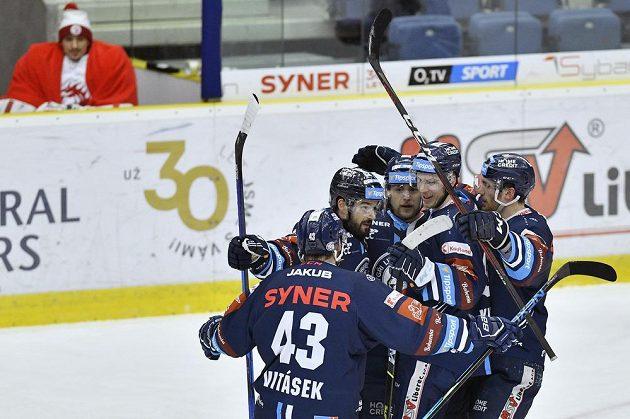 Hokejisté Liberce se radují z druhého gólu.
