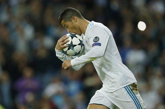 Cristiano Ronaldo z Realu Madrid líbá míč poté, co z penalty srovnal stav duelu s Tottenhamem na 1:1.