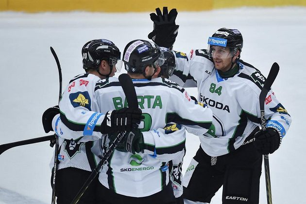 Útočník Lukáš Pabiška (vpravo) se raduje se spoluhráči z druhého gólu Boleslavi proti Brnu.